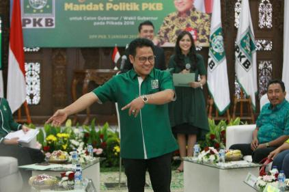 KetuaUmum Partai Kebangkitan Bangsa (PKB) Muhaimin Iskandar, mempersilahkan para calon kepala daerah saat acara penyerahan mandat politik PKB di kantor DPP PKB, Jakarta, Jumat (5/1). Mandat politik PKB diserahkan kepada Lukman Edy-Asri di Pilgub Riau, Arinal Djunaidi-Chusnunia di Pilgub Lampung, Saifulah Yusuf di Pilgub Jatim, I Wayan Koster-Tjokorda Oka Artha di Pilgub Bali, Marianus Sae'Emelia Julia Nomleni di Pilgub NTT, Moh Suhaili-Muh Amin di Pilgub NTB, Nurdin Halid-Abd Aziz Qahhar Mudzakkar di Sumsel, Murad Ismail-Barnabas Omo di Maluku, Burhan Abdurahman-Ishak Jamaluddin di Maluku Utara dan Lukas Enembe-Klemen Tinal di Papua. AKTUAL/Tino Oktaviano