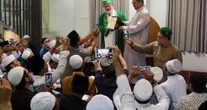 Penyematan Khotamun Nabawi kepada Khodimu Zawiyah Arraudhah, Muhammad Danial Nafis oleh Syekh Prof. Dr. Muhammad Fadhil Jilani Al Hasani (Cicit Sulthonul Auliya Syekh Abdul Qadir al-Jailani QS ke-25 dari Turki) di Zawiyah Arraudhah Jl. Tebet Barat VIII, Jakarta Selatan, Selasa, (3/4). FOTO: AKTUAL/ AHMAD WARNOTO