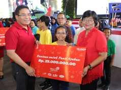 Direktur Utama Telkom Alex J. Sinaga (kiri) menyerahkan simbolis santunan kepada perwakilan penerima bantuan dari Panti Asuhan dalam acara BUMN Berbagi Bersama Panti Asuhan di Kawasan The Telkom Hub Jakarta, Sabtu (15/12).
