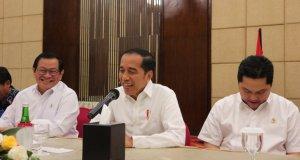 Presiden Jokowi didampingi Menteri BUMN Erick Thohir, Sekretaris Kabinet Pramono Anung dan Gubernur Kalimantan Timur Isran Noor dalam acara diskusi Presiden Jokowi dengan wartawan di Balikpapan pada Rabu (18/12/2019) (ANTARA/Desca Lidya Natalia)