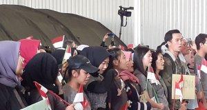 WNI dari Wuhan nampak menundukkan kepala, haru saat dinyatakan sehat dan bisa berkumpul bersama keluarga, usai masa observasi 14 hari di Natuna Kepulauan Riau. (Naim)