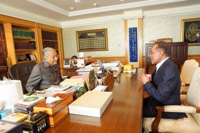 Presiden Partai Keadilan Rakyat (PKR) Anwar Ibrahim bertemu dengan Perdana Menteri Mahathir Mohamad di Kantor Perdana Menteri Putrajaya. Foto ANTARA/FB Anwar Ibrahim (1)