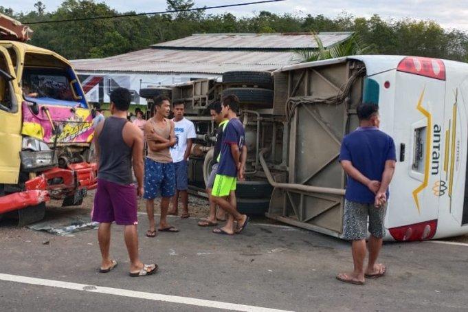 Seorang siswa SD meninggal dunia dalam tabrakan antara bus sekolah dan truk di Jalan Raya Tayan-Batang Tarang atau tepatnya di Kilometer 16 Tayan, Desa Tebang Benua, Kecamatan Tayan Hilir, Kabupaten Sanggau, Kamis (6/2). (ANTARA/Istimewa)