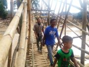 Jembatan bambu dibuat masyarakat Lebak pasca banjir bandang.(Nda)