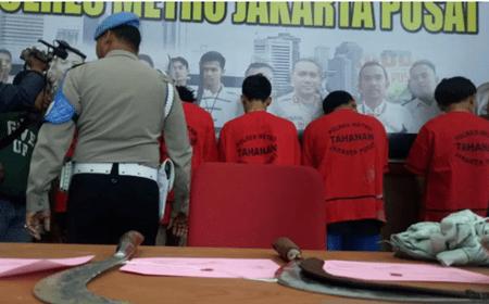 Barang bukti berupa celurit yang digunakan para pelaku tawuran Cempaka Putih yang ditunjukan di Polres Metro Jakarta Pusat, Selasa (18/2/2020). (ANTARA/Livia Kristianti)