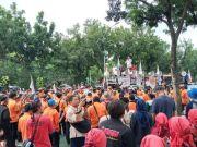 Massa aksi menggelar doa bersama sebelum membubarkan diri dan mengakhiri demonstrasi di Kementerian BUMN, Jakarta pada Kamis (27/2/2020).