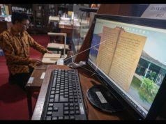 Karyawan melakukan proses digitalisasi naskah koleksi Perpustakaan Reksa Pustaka di Keraton Mangkunegaran, Solo, Jawa Tengah,