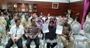 Wali Kota Surabaya Tri Rismaharini didampingi Kapolrestabes Surabaya Kombes Pol Sandi Nugroho dan jajarannya menggelar jumpa pers di rumah dinas Wali kota Surabaya, Rabu (5/2/2020). (ANTARA/Abdul Hakim)