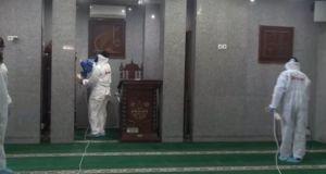 Petugas berpakaian alat pelindung diri lengkap melakukan penyemprotan cairan disinfektan di Masjid Nurul Hidayah, Kebayoran Baru, Jakarta Selatan, Minggu