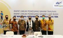 Presiden Direktur WOM Finance Djaja Suryantor Sutandar (kedua kiri), Presiden Komisaris WOM Finance I Nyoman Tjager (ketiga kiri) foto bersama jajaran direksi dan komisaris usai RUPST dan RUPSLB 2021 di Jakarta, Selasa (30/3/2021).