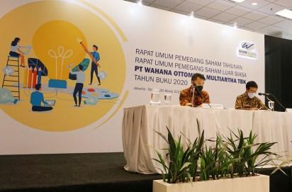 Presiden Direktur WOM Finance Djaja Suryantor Sutandar (kiri) dan Presiden Komisaris WOM Finance I Nyoman Tjager saat memimpin RUPST dan RUPSLB 2021 di Jakarta, Selasa (30/3/2021).