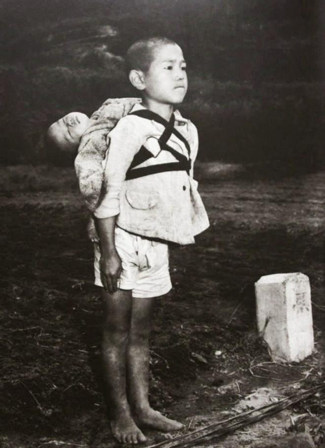 băiat japonez ducând pe umeri fratele ucis în urma atacului nuclear al Statelor Unite asupra Nagasaki.