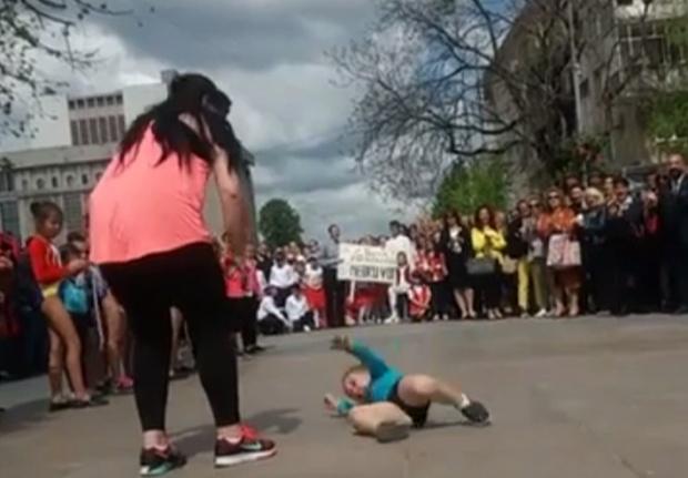 scandal-urias-copil-de-trei-ani-pus-sa-faca-gimnastica-pe-ciment