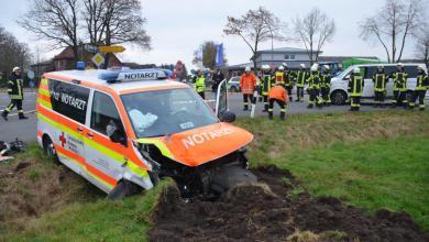 Photo of Drei zum Teil schwer Verletzte beim Zusammenstoß von PKW und Notarzteinsatzfahrzeug