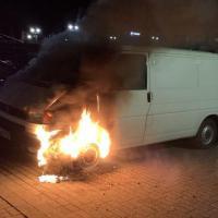 Unbekannte zünden Auto an - Polizei sucht Zeugen