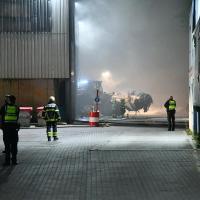 Brand bei Entsorgungsunternehmen hält Feuerwehr in Atem