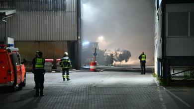 Photo of Brand bei Entsorgungsunternehmen hält Feuerwehr in Atem