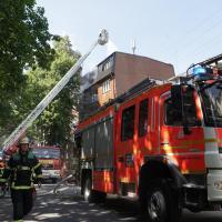 Dachstuhlbrand eines Mehrfamilienhauses fordert Feuerwehr