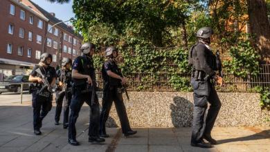 Bild von Schwer bewaffnete Polizisten in Harburger Schule
