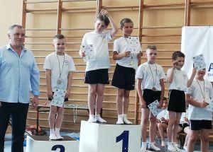 Młodzi gimnastycy rywalizowali w układach skoków akrobatycznych