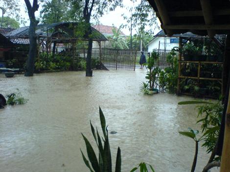 banjir-yang-tampak-dari-dalam-kampung-hijau