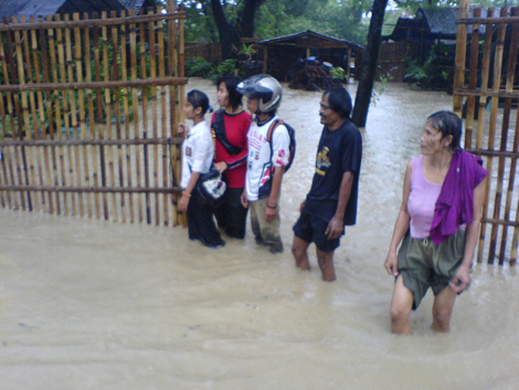 Para penggiat di Kampung Hijau ketika Kalijaga banjir