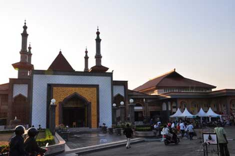 masjid At Taqwa dikelilingi stand panganan