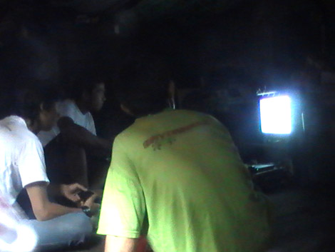 Bermain Playstation bersama adalah salah satu rutinitas di dalam gubuk