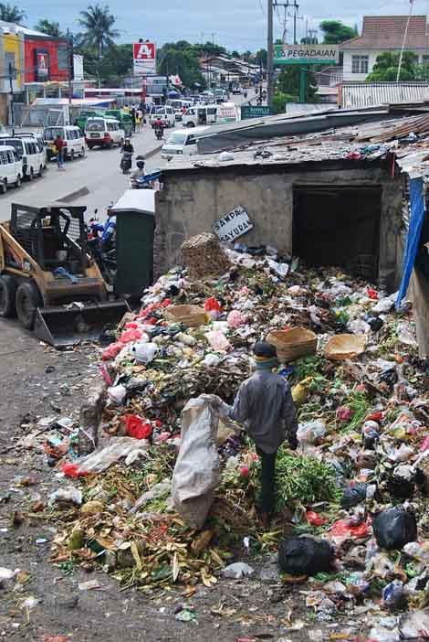 Seorang pemulung diantara tumpukan sampah di TPS Pasar Ciputat