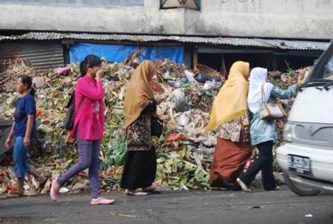 Bau busuk dari tumpukan sampah ini mengganggu para pejalan kaki dan kelancaran lalu lintas di sekitar Pasar Ciputat