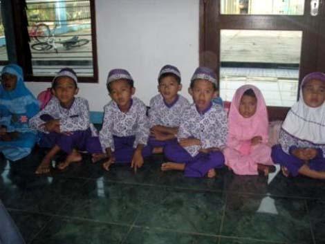 Anak-anak murid pengajian Musholla Al-Mizan