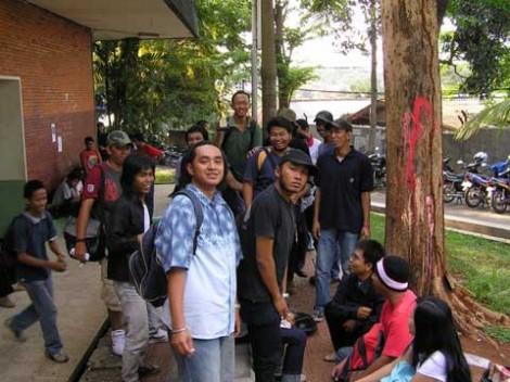 Tikma biasa dijadikan tempat nongkrong oleh para mahasiswa angkatan tua