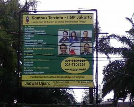 Banner berisi foto para alumni Kampus Tercinta