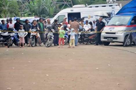 Para wartawan dan warga masih berdatangan ke TKP, satu hari  setelah penggerebekan berlangsung