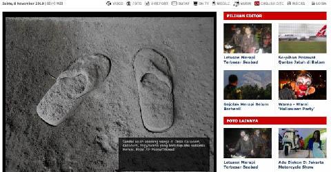 Sandal milik salah seorang warga di Desa Kaliadem, Yogyakarta, tertutup abu vulkanik Merapi.
