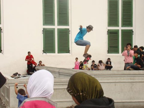 Para pemuda bermain skateboard di Kota Tua