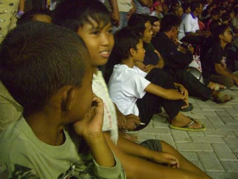Anak-anak sedang menyaksikan pertandingan tinju