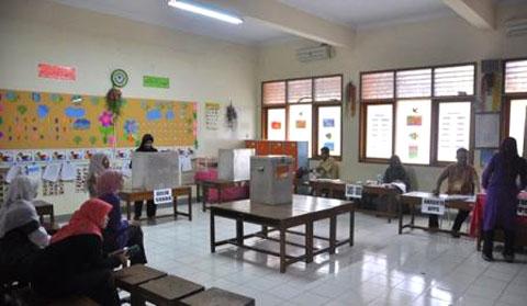 Suasana pencoblosan di TPS 21 RT 04 RW 08 yang bertempat di sebuah ruang kelas SD Madrasah Pembangunan