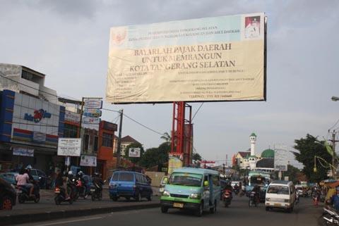 Papan reklame himbauan pemerintah Tangerang Selatan