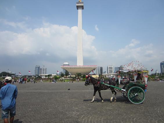 Salah satu delman menunggu warga mangkal di area dalam Monas di hari ulang tahun Jakarta.