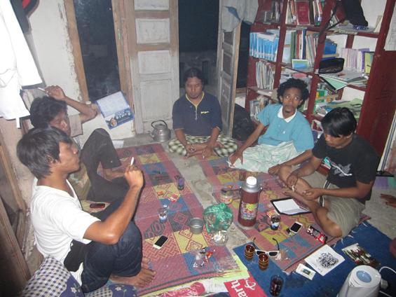 Salah satu suasana kegiatan diskusi di Komunitas Pasir Putih.