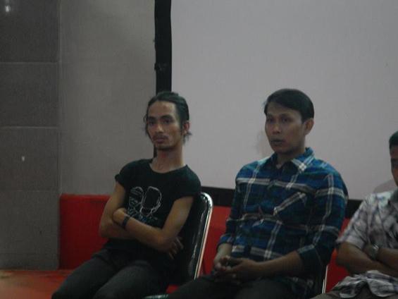 Syaiful Anwar (kanan), Sutradara Filem Elesan Deq a Tutuq, dan Gelar Soemantri, ko-sutradara, saat menghadiri pernayangan pemutaran filem di Mataram.