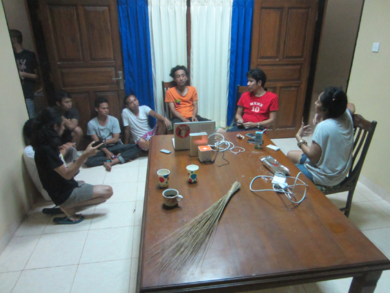 Forum Lenteng dan Komunitas Pasir Putih melakukan rapat persiapan menjelang penayangan filem Elesan Deq a Tutuq