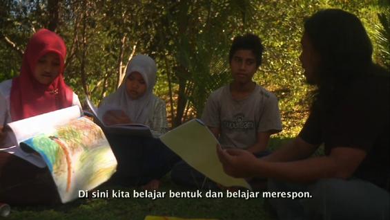Salah satu adegan dalam Filem Elesan Deq a Tutuq: Hujjatul Islam mengajar pemuda-pemudi menggambar.