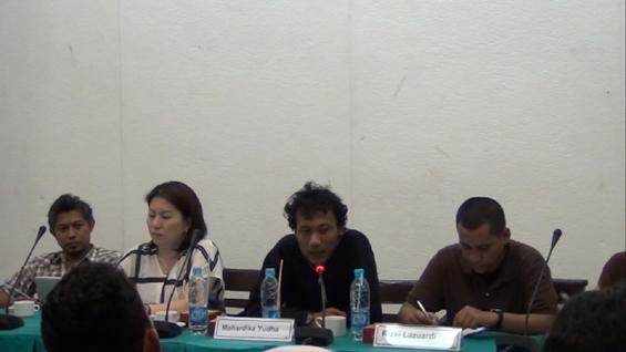 Mahardika Yudha (jaket hitam), Direktur Festival, sedang menjelaskan Acara konferensi Pers MUSLIHAT OK. Video -- The 6th Jakarta International Video Festival.