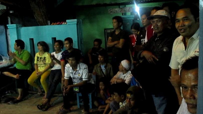 Warga yang berkerumun di Gang warung Pak Tatang.