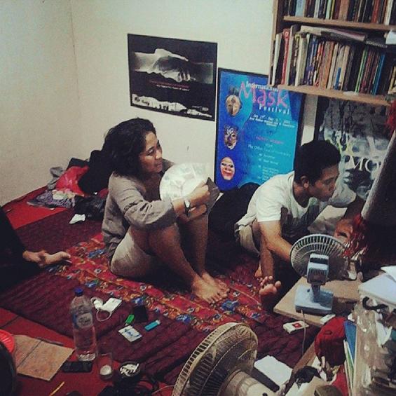 Dokumentasi akumassa ad hoc: Suasana ketika proses penyuntingan karya video di Sanggar Budaya Paseban. [Foto: Harryaldi Kurniawan]