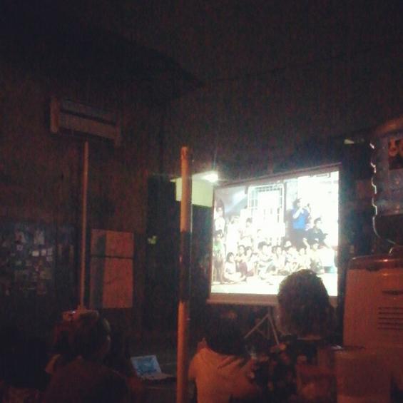 Dokumentasi akumassa ad hoc: Suasana ketika pemutaran karya video akumassa ad hoc kepada warga masyarakat Paseban di Lapangan Perintis. [Foto: Dian Ageung Komala]