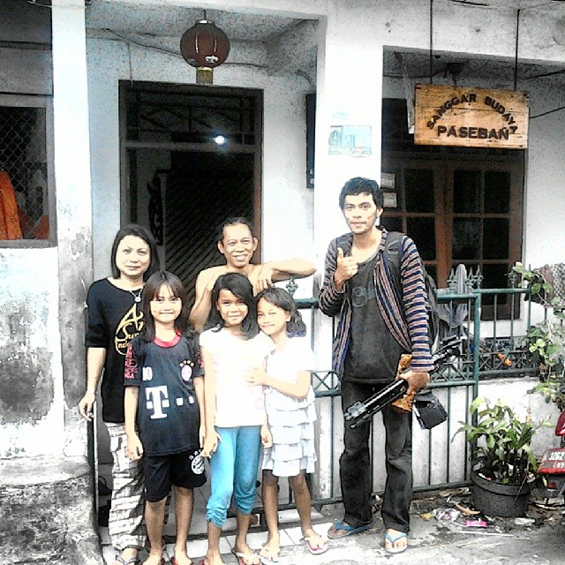 Mba Ira dan Bang Gallis berfoto bersama Harryaldi dan tiga orang anak-anak warga Paseban [Foto: Harryaldi Kurniawan]
