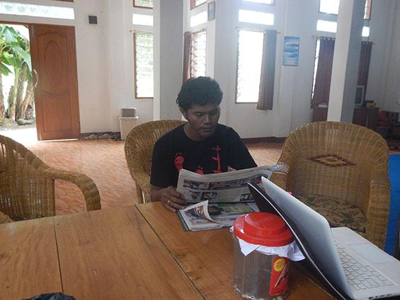 Bernard, ketka sedang membaca koran di siang hari, di ruang keluarga SKPKC.